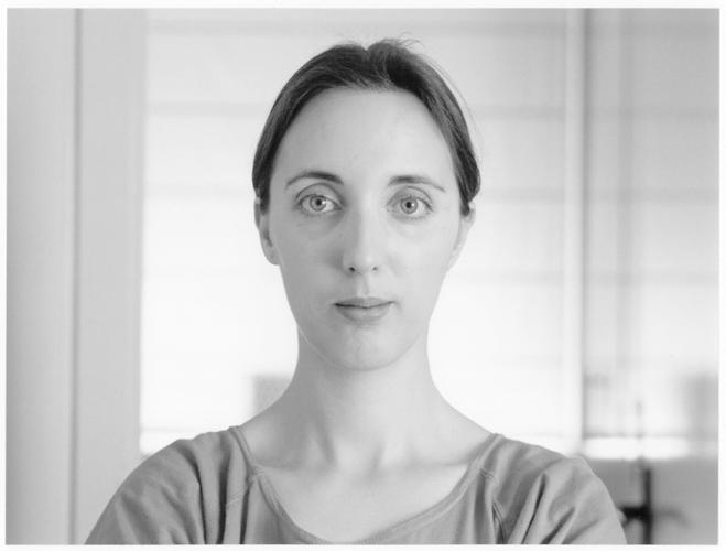 Retrats titulats amb nom, lloc i data, a on la consciència de pose i la mirada parlen de la interrelació entre el retratat, el fotógraf i l'observador anónim de la imatge.